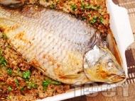 Рецепта Вкусен пълнен цял шаран на фурна за Никулден с ориз, орехи, лук и стафиди печен под фолио